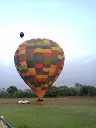 Bill Harrop's Original Balloon Safaris: Bill Harrop's early morning balloon trip