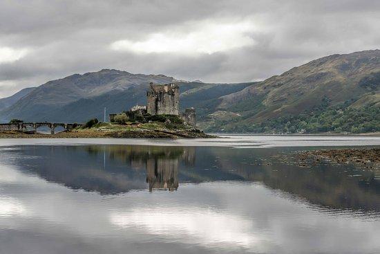 Invermoriston, UK: Eliean Donan Castle on the road to Skye