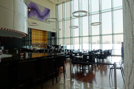 The Royal Park Hotel Tokyo Shiodome: Bar outside lobby