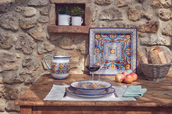 Deruta, Italie : Ornato Lunghi accanto ad un bicchiere di buon vino