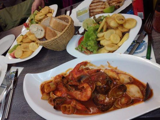 Alims Fischimbiss: Meerfrüchte mit Brot, Salat und Bratkartoffeln, EIN TRAUM wie im Urlaub!!!