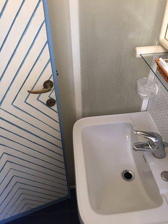 Per entrare nel box doccia bisogna chiudere la porta del bagno ...