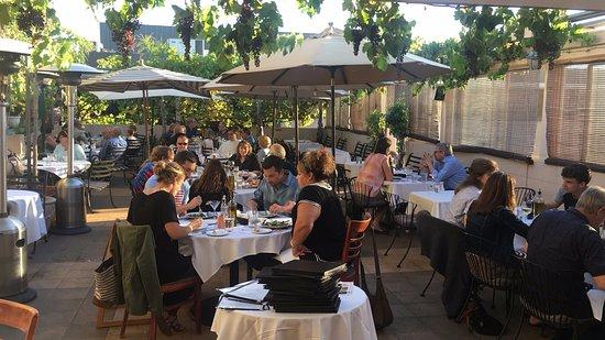 Menlo Park, Californië: Dining on the Patio