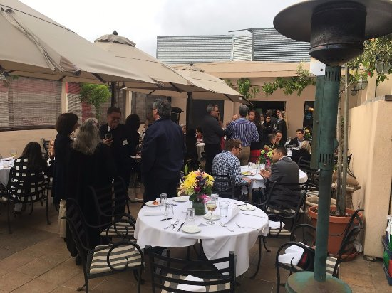 Trellis Restaurant: Mingling on the patio