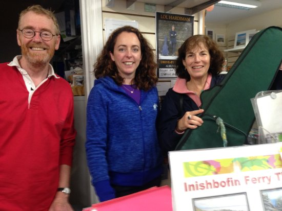 Clifden, Irland: owners of shop with my friend