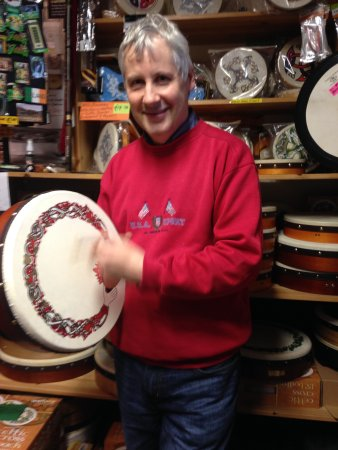 Clifden, Irlandia: owner of music store down the street who sent us to all things Connemara
