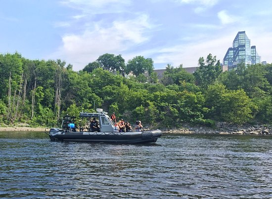 Ottawa, Canadá: Canadian Police Boat with a News TV Crew, at back the National Gallery Building