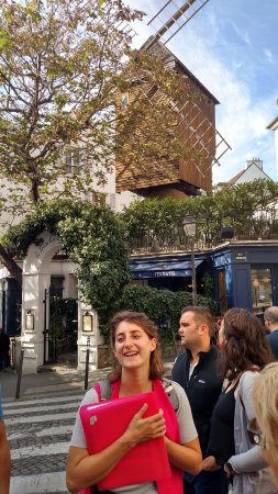 Discover Walks: Our guide, Elise, telling about Montmartre