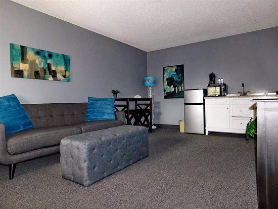 Prescott Valley, AZ: King Suite with additional living area, fridge, microwave & wet bar included