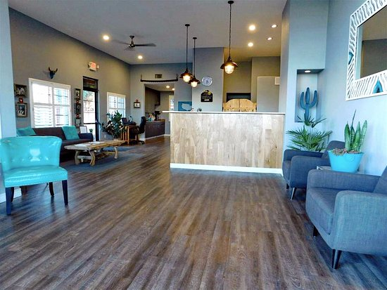 Prescott Valley, AZ: Welcoming guest lobby and check-in