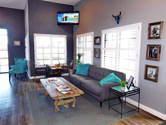 Prescott Valley, AZ: Comfortable guest lobby and sitting area