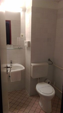 Griff Hotel: Do not think that the toilet is clean