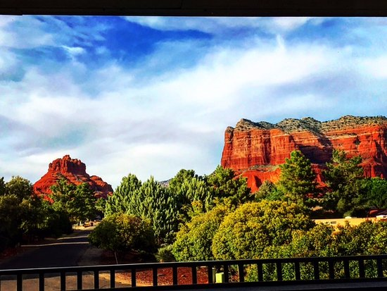 Days Inn by Wyndham Kokopelli Sedona: Bell Rock & Courthouse, INSIDE King Suite Picture Window.