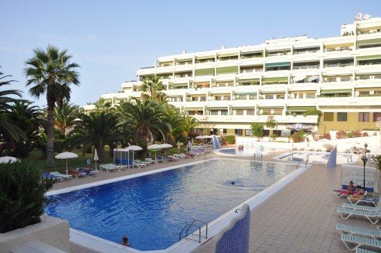 Apartamentos Bahia Playa : UItzicht op zwembad en Bahia Playa
