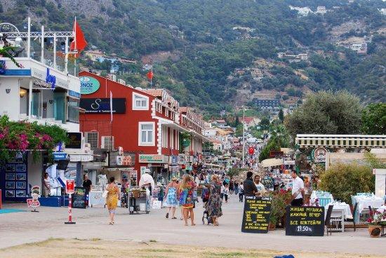 Tonoz Beach Hotel: вид на отель с берега, пешеходная улица