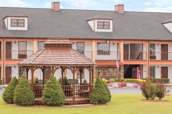 Travelodge by Wyndham Commerce GA Near Tanger Outlets Mall: gazebo