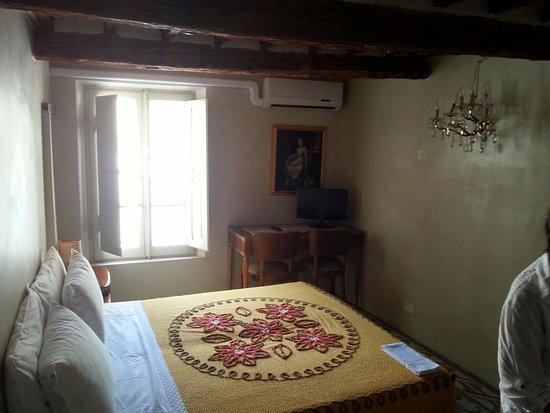 Soffitto In Legno Con Travi : Camera con travi a vista in legno nel soffitto foto di b&b le