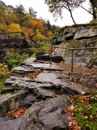 Ledges Hotel: Natural Stone steps leading to an upper deck near the Falls