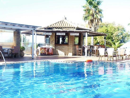 Oasis Hotel: La piscine