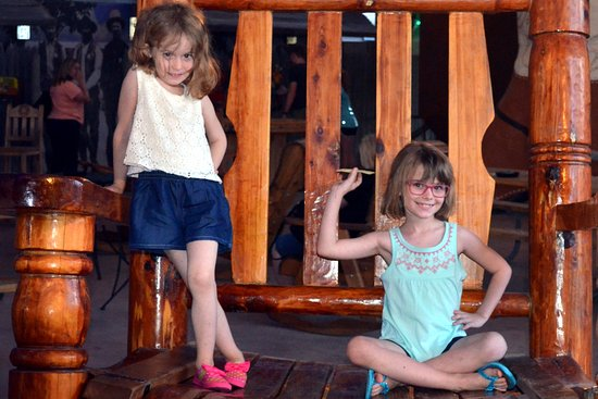 Big Texan Opry: Little girls STILL having fun in the back after dinner