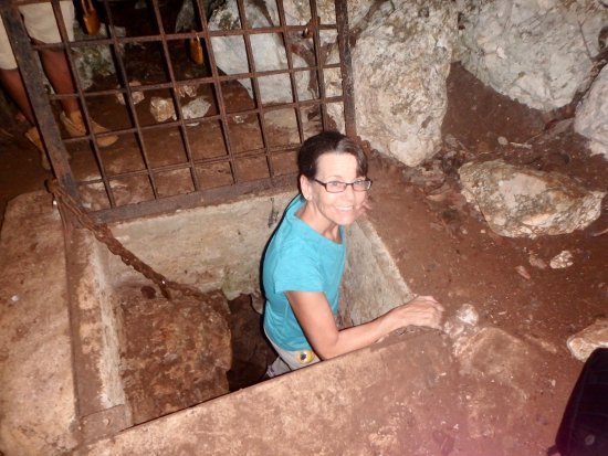 San Antonio, Belize: Descending to Bols Cave Museum