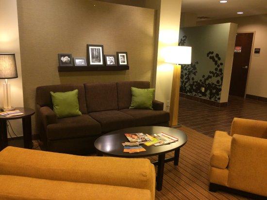 DeFuniak Springs, FL: Beautiful and clean hotel and rooms at great prices!