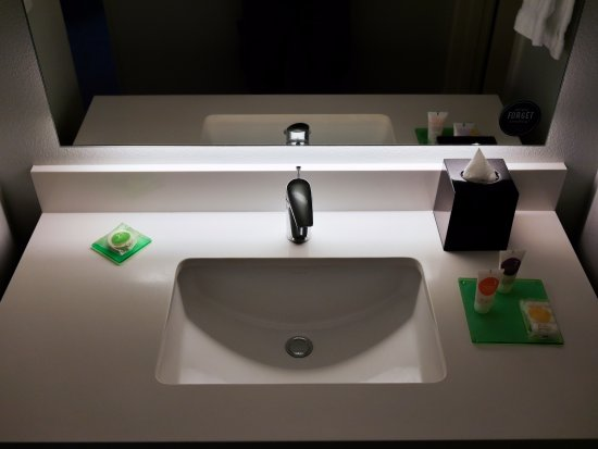 Hyatt Place Waikiki Beach: Spacious and updated sink area to place your toiletries.
