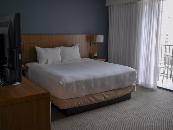 Hyatt Place Waikiki Beach: Plush and soft bed with a handwritten note