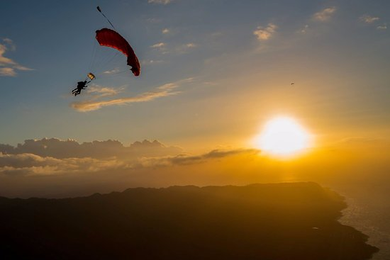 Waialua, Hawaje: Sunsets will never be the same after you fly with us.