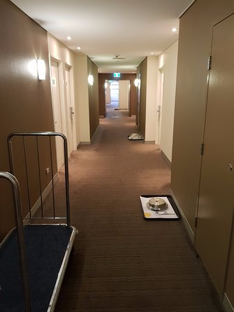 Novotel Canberra: Hallway of empty room service trays