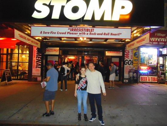 Stomp: En la entrada del teatro.