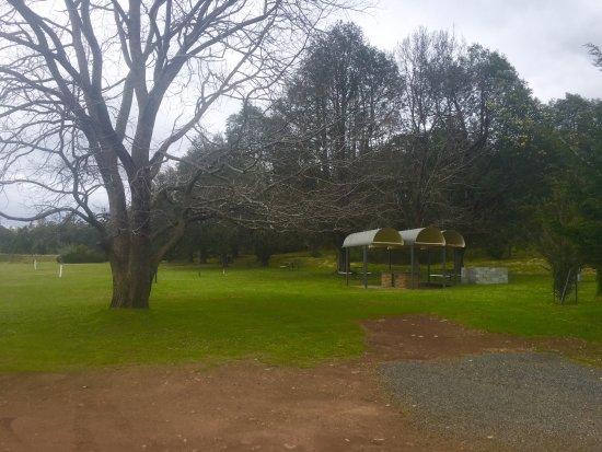 Tarraleah, Australia: Caravan park unpowered area and BBQ
