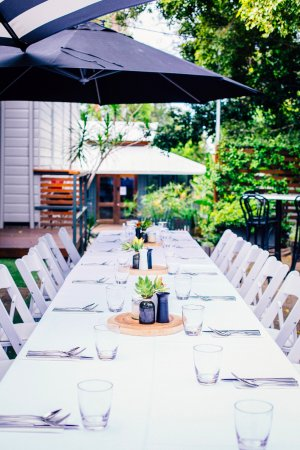 Bellingen, ออสเตรเลีย: Indoor and outdoor seating available
