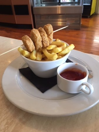 Essence Cafe: Chicken nuggets and chips
