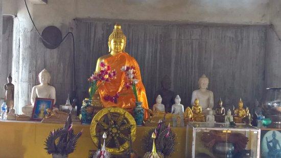 ฉลอง, ไทย: Idols in temple