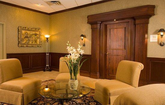 Radisson Hotel-Utica Centre: Lobby seating area