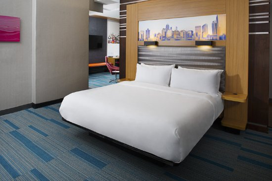 Aloft Charlotte Uptown at the EpiCentre: King Suite Bedroom