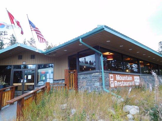Mountain Restaurant: 駐車場から1段高い外観