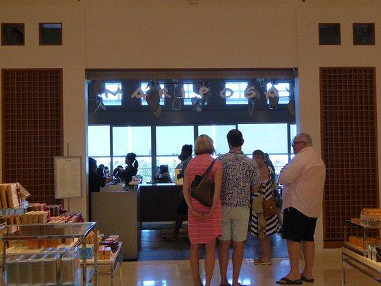 Mariposa: 待つ人が多い店頭