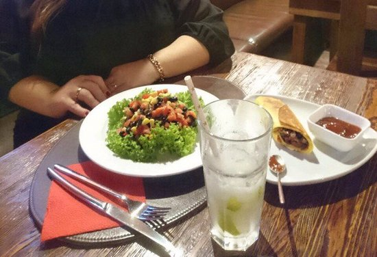 Овощной салат по- мексикански, буррито и домашний лимонад