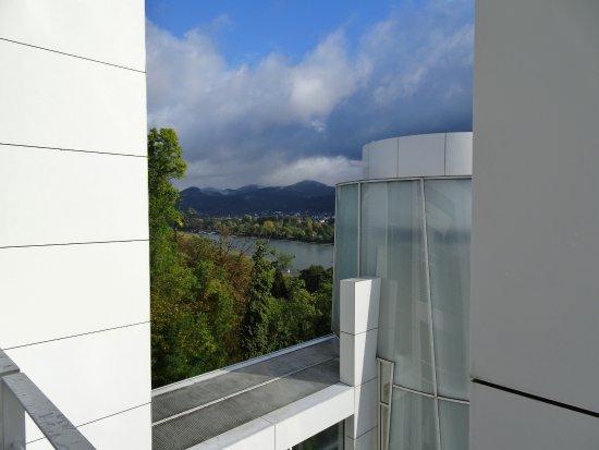 Kunst zwischen drinnen und drau en arp museum for Architektur und natur