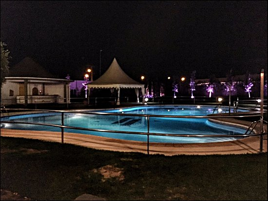 Don Benito, Испания: Vista nocturna zona de terraza y piscina
