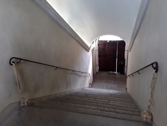 Montegridolfo, Italia: Staircase from front entrance