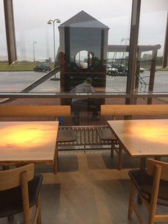 Hedensted, Danmark: Lækker sandwich, blev serveret med sødt smil. Sjældent at se så rent og indbydende et sted. Selv