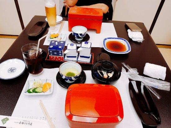 Yoshizuka Unagiya: 정말 맛있는장어구이집이네요. 전 배불러서 덮밥대신 장어구이만 먹었는데 가격은 덮밥 3조각이 2만원 장어만6조각이 약 4만원 맥주는 아사이생맥주가  7000원정도였어요. 중간