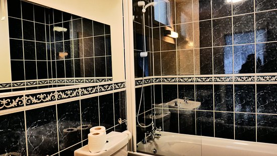 Balmacara, UK: Very nice bathroom with good hot water