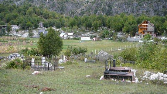 Den lille kirkegården i Valbonadalen. Vila Dini til høyre bak.