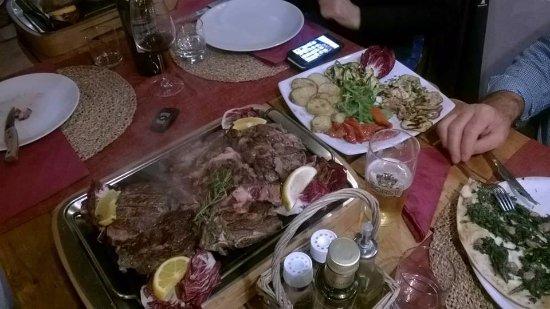เฟียโนโรมาโน, อิตาลี: grigliata di 3 tipi dicarne: filetto irlandese, costata danese ed entrecote argentina su pietra