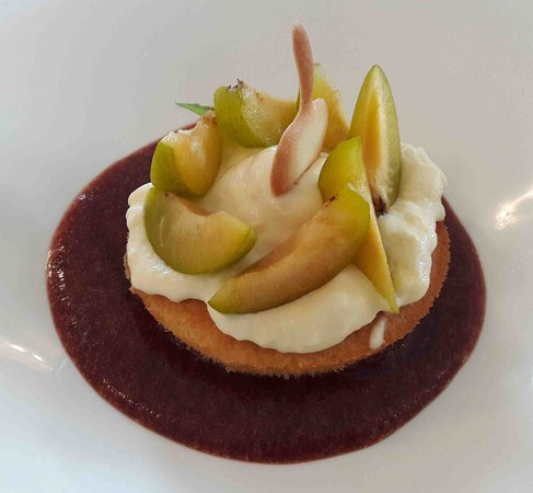 Caumont-sur-Durance, France: Un dessert à base de prunes diversement préparées