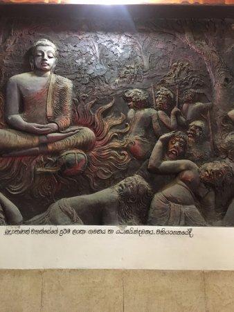 Bahiravokanda Vihara Buddha Statue: inside the temple